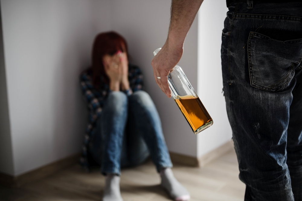 alcoholism and domestic violence The prevalence of alcohol in abuse situations does not necessarily mean that drinking causes the domestic violence (although it may be a factor in the violence) some studies challenge the belief that there is a cause-and-effect relationship between alcohol abuse and domestic violence.